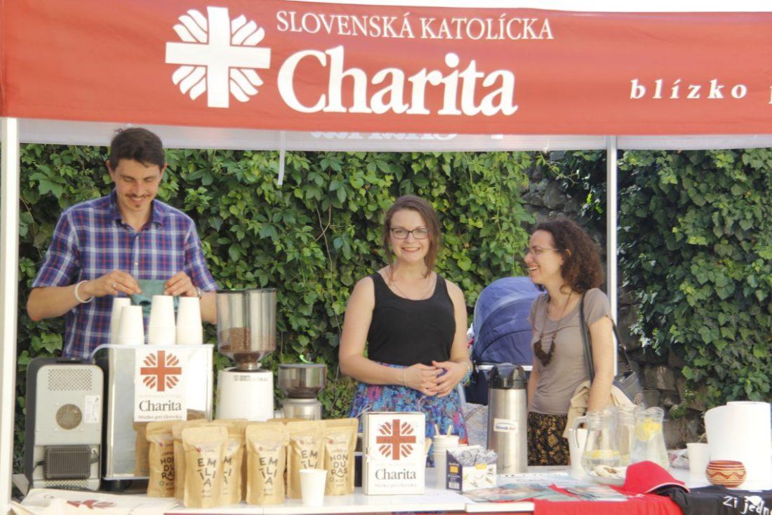 Charitnú kávu si návštevníci Kapitulských dvorov nadšene pochvaľovali.
