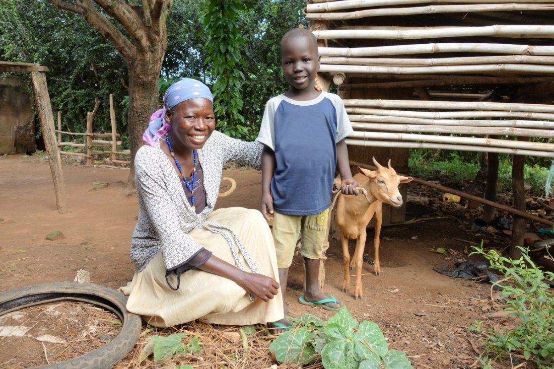 žena a chlapec s kozou na záhradke