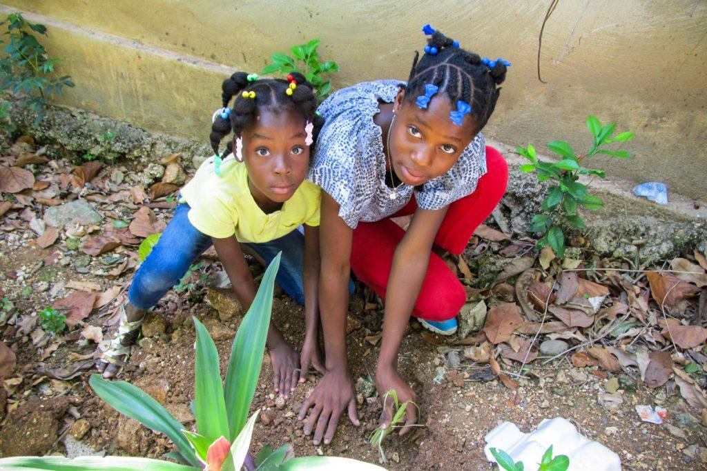 deti sadia rastlinu