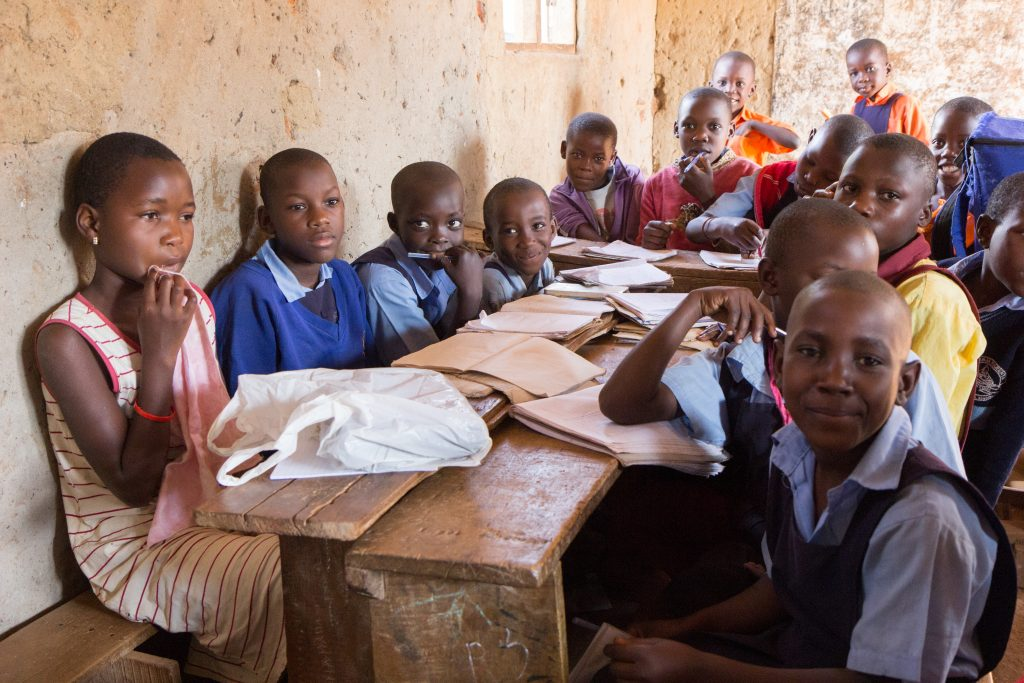 deti sediace za stolom