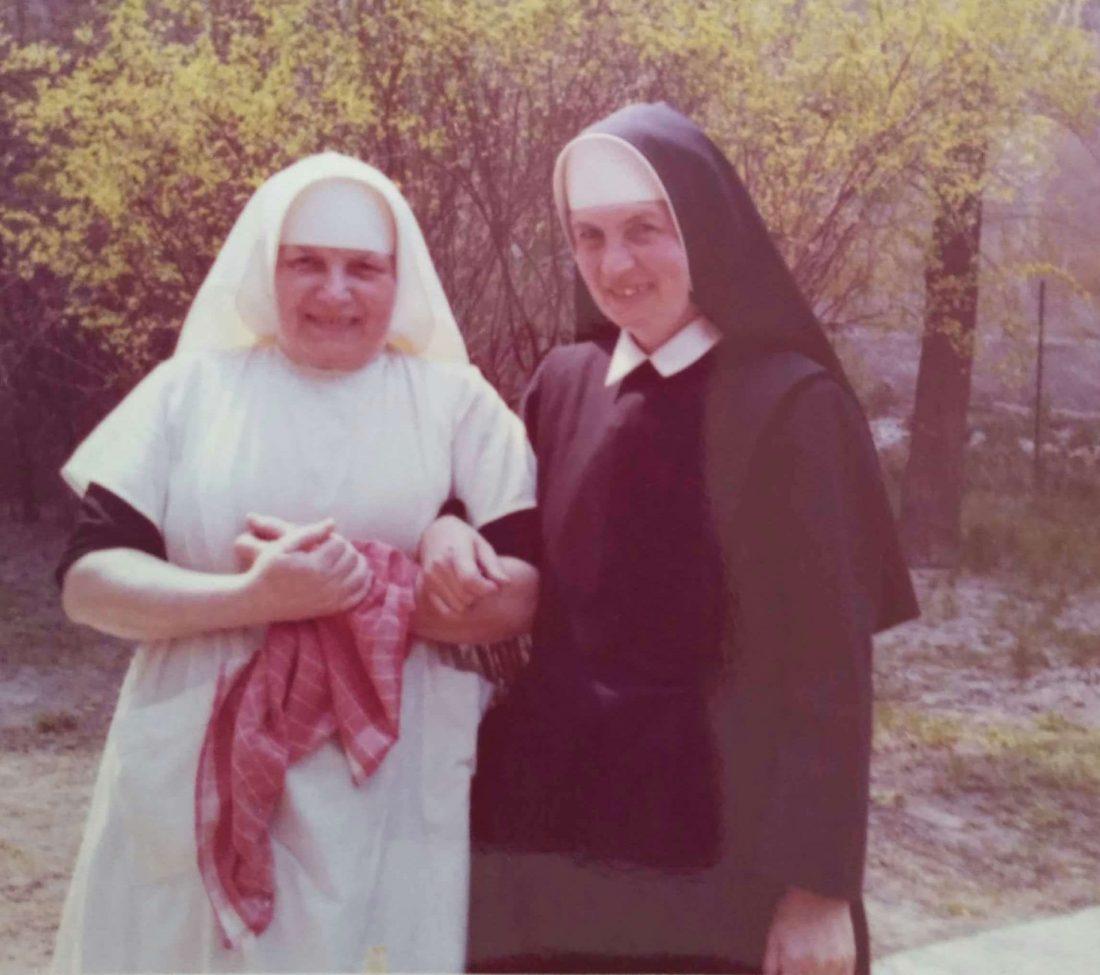 dve rehoľné sestry so stromom v pozadí