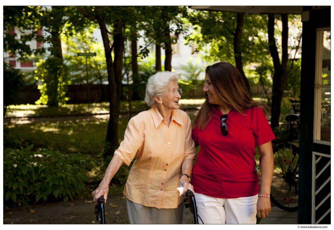 babička a jej opatrovateľka v parku