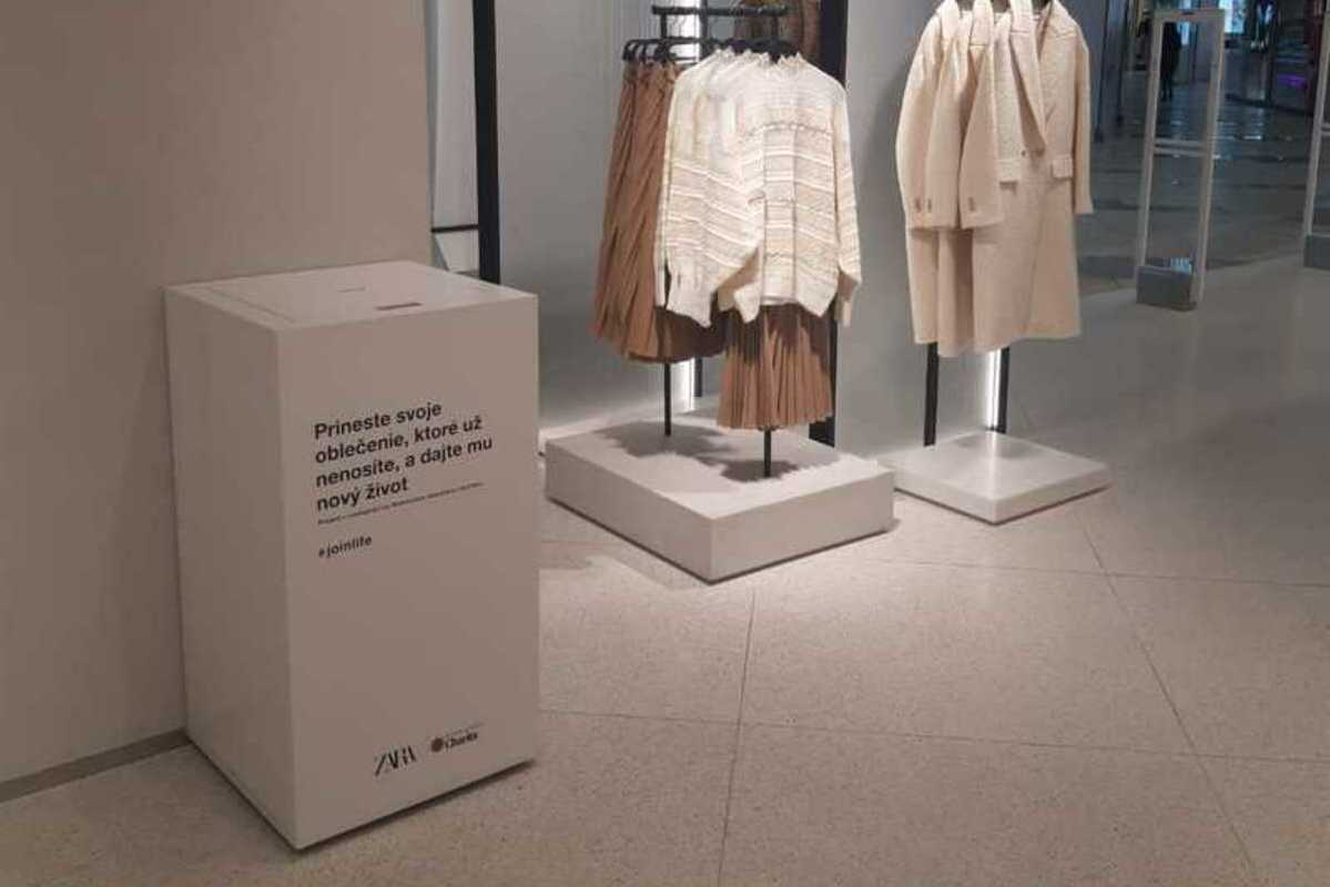 zberný box v predajni s oblečením