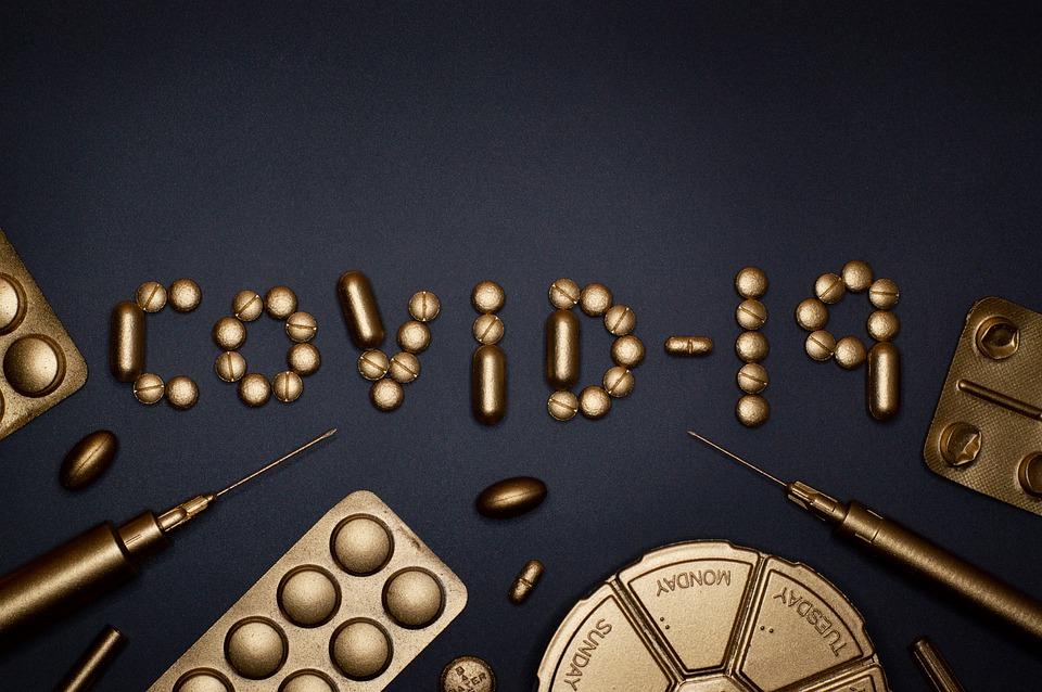 text covid-19 vytvorený z piluliek