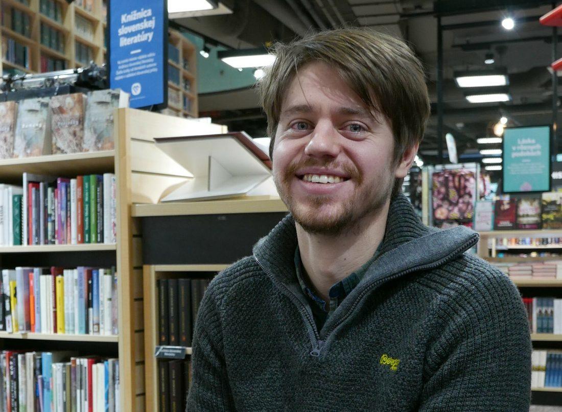 portrét človeka v knižnici