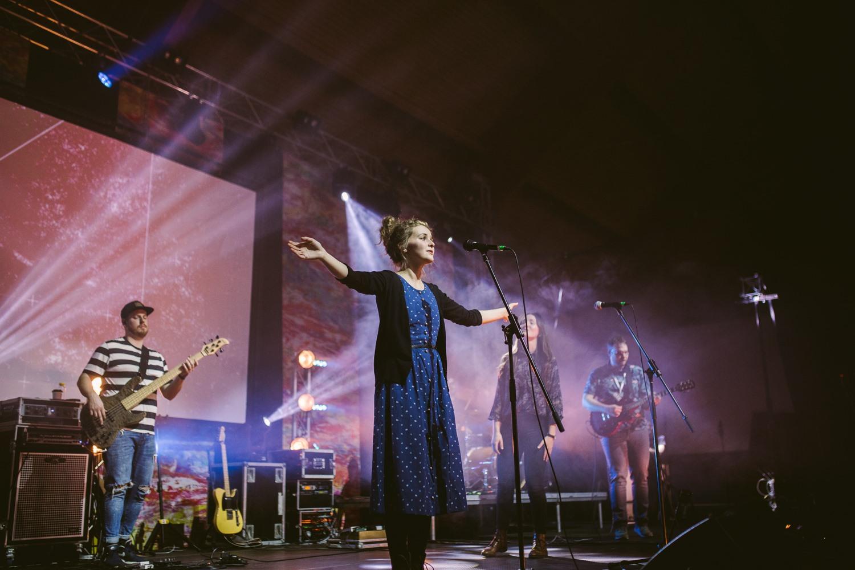 speváčka s rozpätými rukami