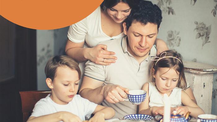 rodina pri raňajkách