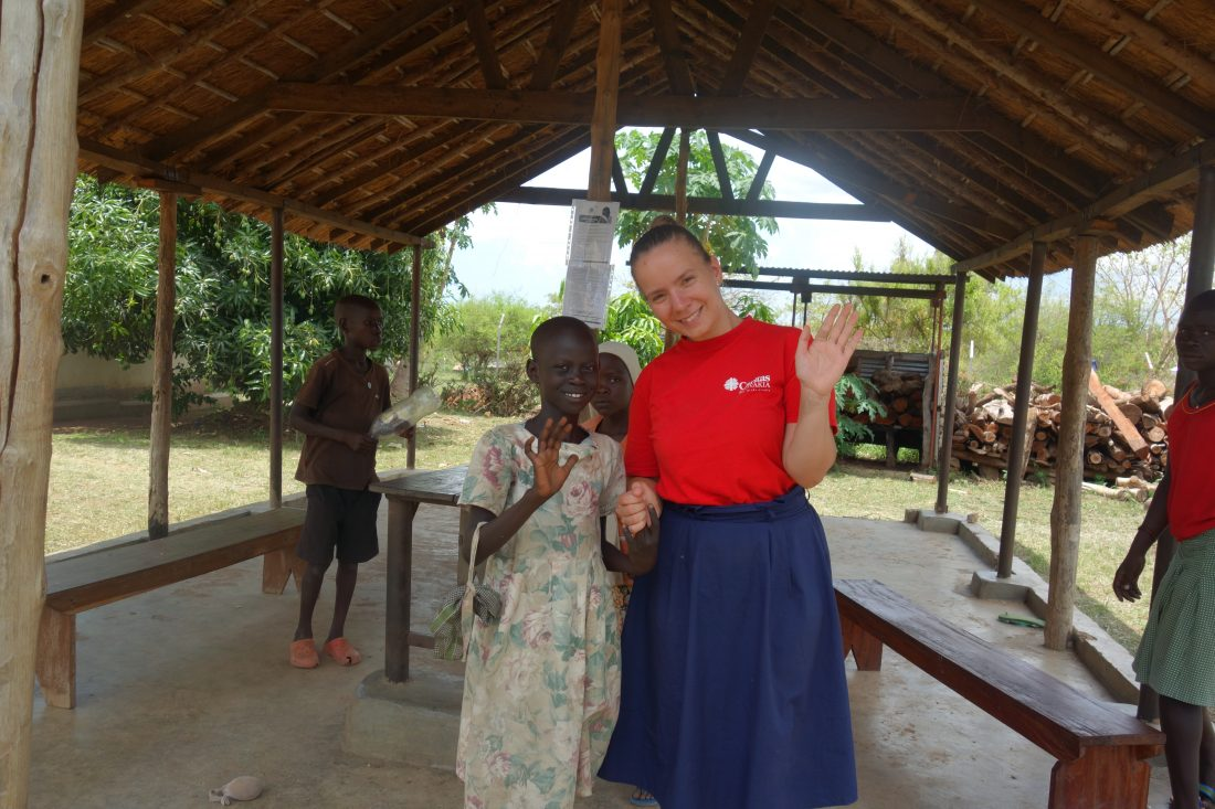 dobrovoľníčka s dievčaťom