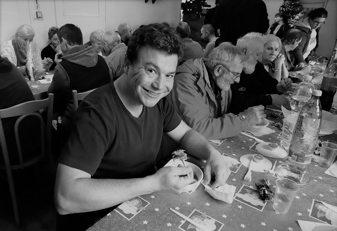 ľudia jedia za stolom
