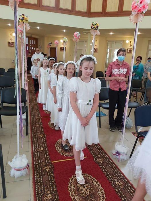 deti idú po koberci na prvé sväté prijímanie