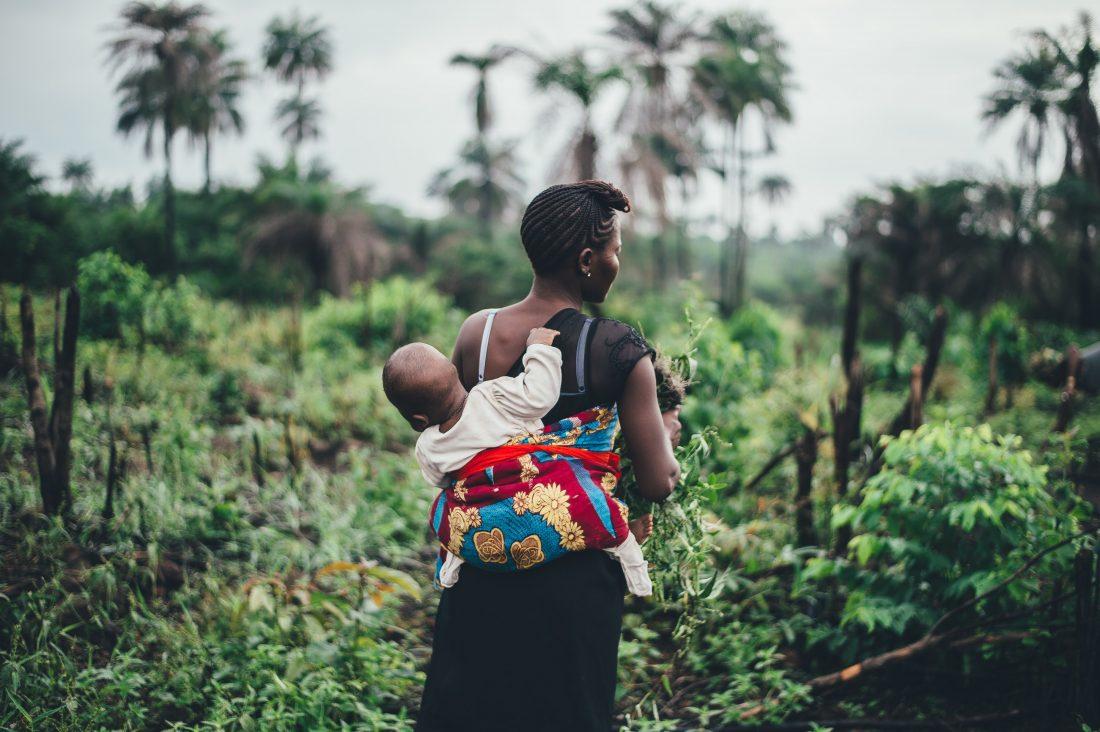 žena nesie dieťa v nosiči