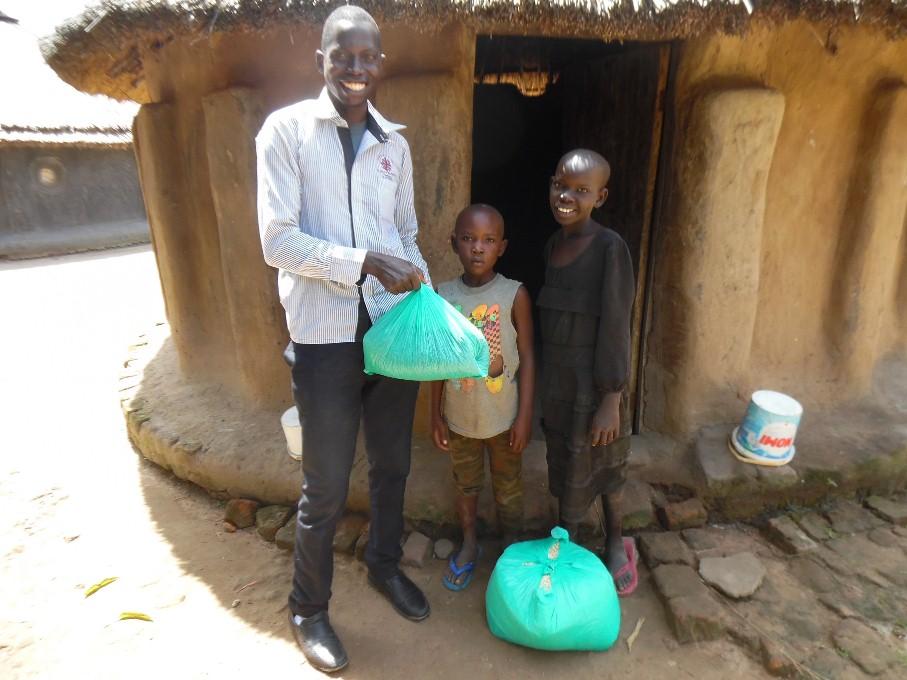 odovzdávanie potravín dvom malým chlapcom