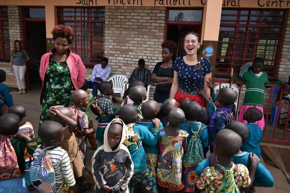 deti a dobrovoľníčka