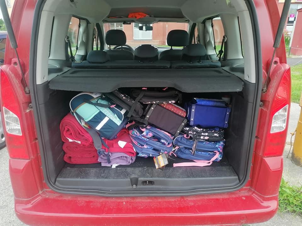 kufor plný školských tašiek
