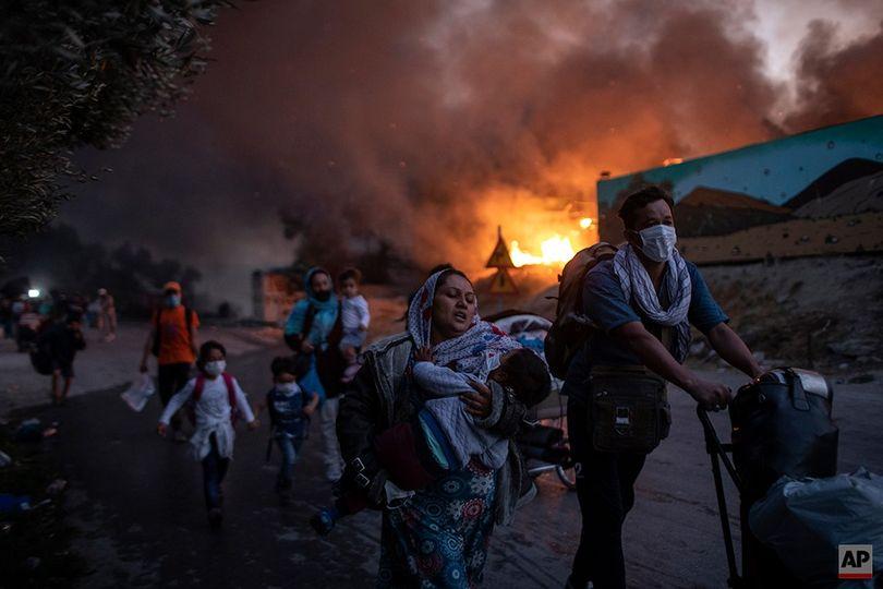 ľudia utekajú pred požiarom