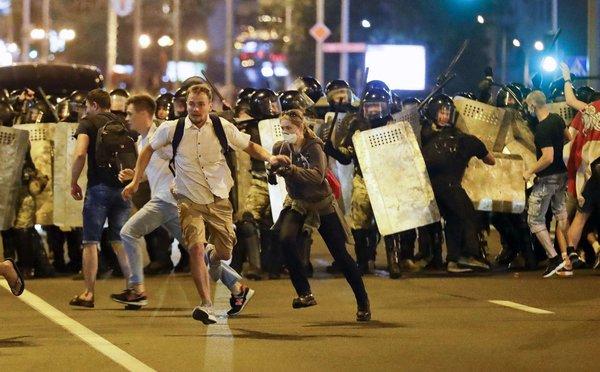 demonštrácia s policajtmi v Bielorusku