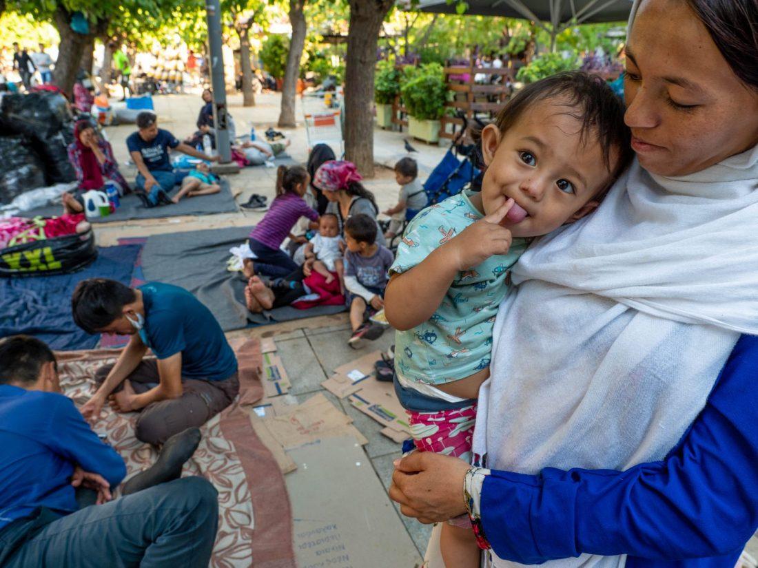 dieťa v náručí ženy