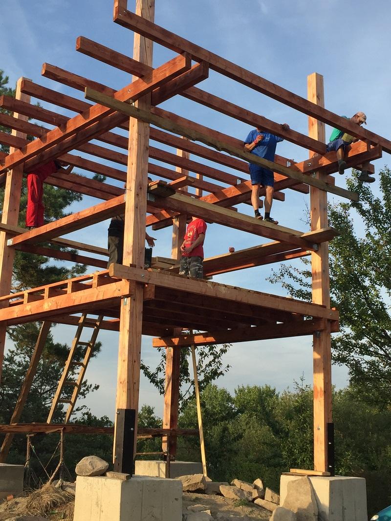 stavba drevenej vyhliadkovej veže