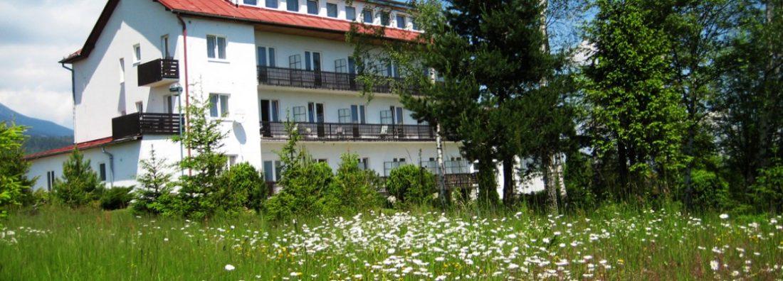budova s balkónmi v prírode