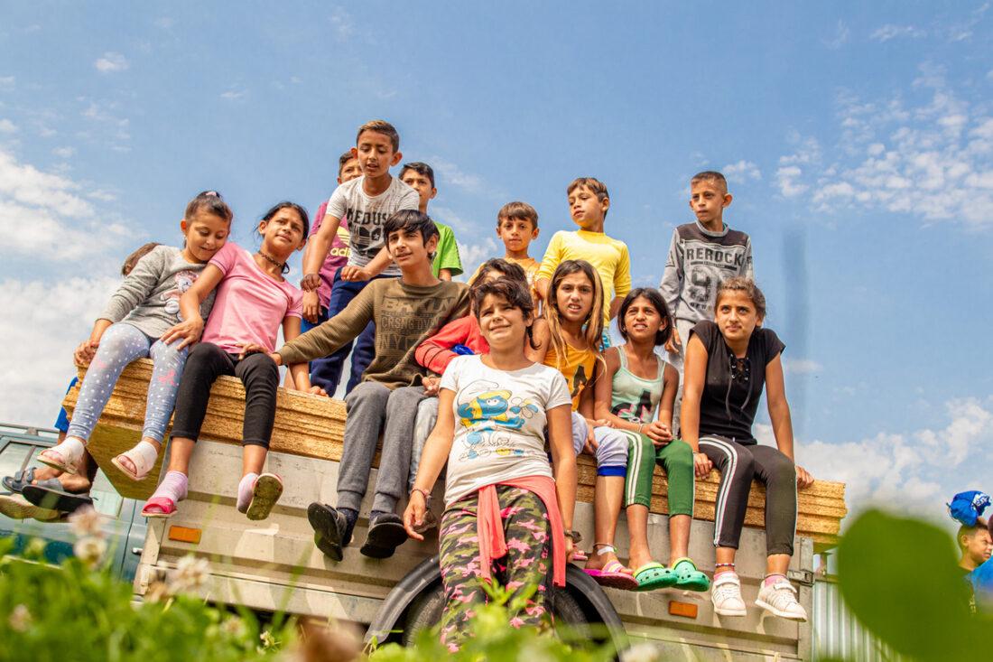 deti z miestnej osady