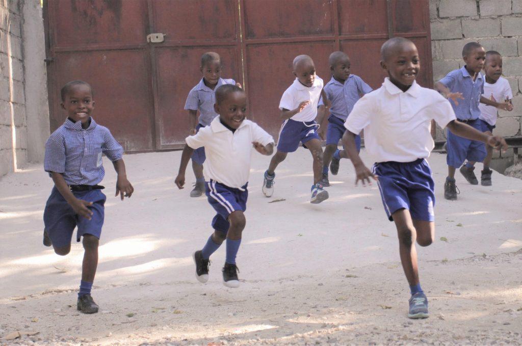 haitské deti hrajú futbal