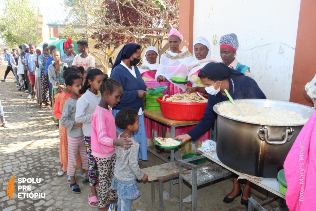 prideľovanie jedla zástupu ľudí v Etiópii